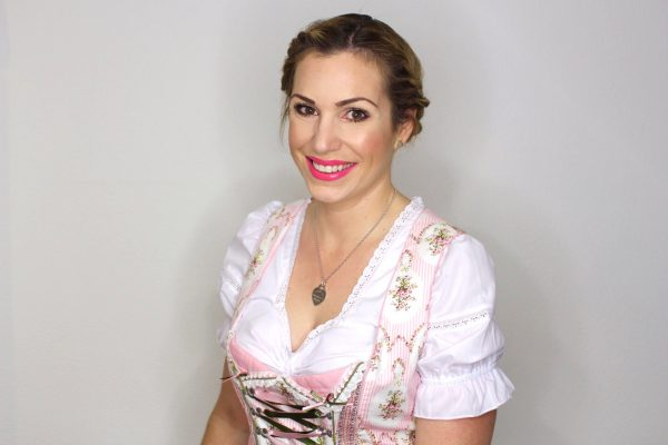 oktoberfest-make-up-mit-dirndl-und-flechtfrisur