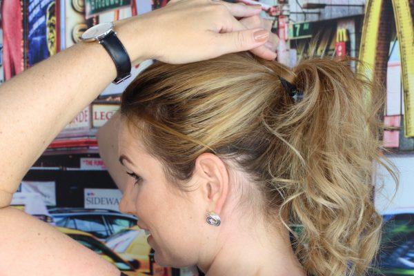 Strähne um Haargummi wickeln