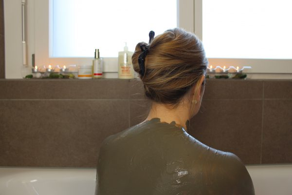ahava-natural-dead-sea-body-mud-einwirken-lassen